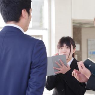 職場見学などで実際に会社訪問をして情報をあつめよう