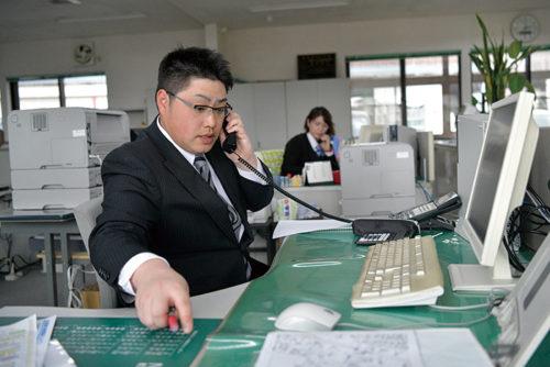 パソコンによる各種事務処理をはじめとするデスクワークで全社員が働きやすいようにサポートしています。一方、営業の三浦さんはこの日、担当する建築現場で工事の進捗状況をチェック。