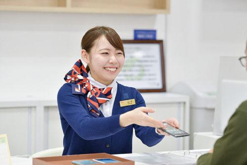 ご契約のお客様にお手続きなどわかりやすく丁寧に説明しています。新しい機種を楽しみにするお客様の笑顔が大好きです。