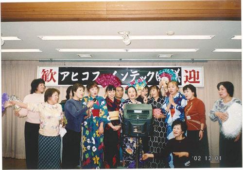 温泉旅館に一泊して行う忘年会は、演芸、歌、抽選会ありの楽しい企画。