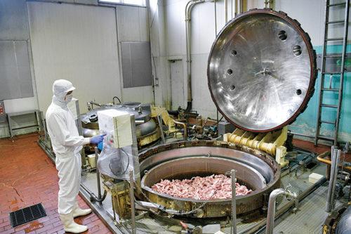 スープを抽出する大きな釜のような機械で、温度管理をしながらスープを炊きだします。