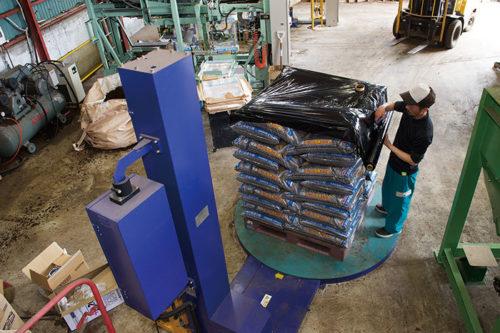 「完熟たい肥」は、堆肥プラントで製造され、袋詰めまで機械化されています。