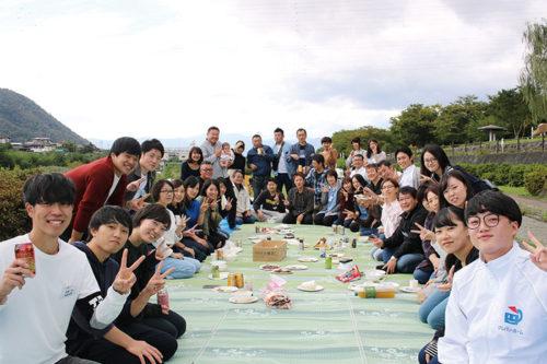 全社スタッフが集合し、交流を広げる山形市内での芋煮会。